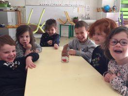 preparartion-des-patates-douces-avant-la-plantation-dans-notre-jardin-pedagogique